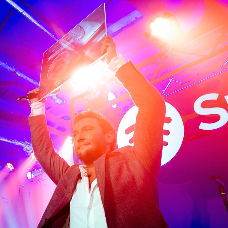 Tino-Martin-ontvangt-Platina-Award-voor-single-Zij-Weet-Het